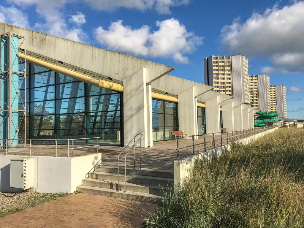 denkmalgeschütztes Meerwasserwellenbad und IFA Hochhäuser, Sommer 2019